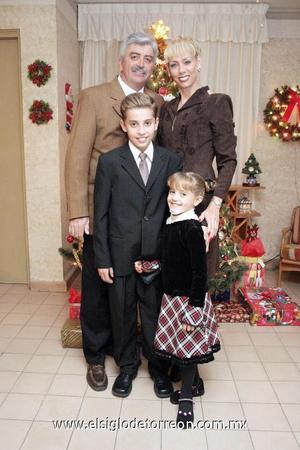 24122006  Manuel e Isabel con sus hijos Manolo e Isabela Fernández Teele.
