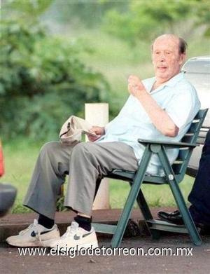 <b>Alfredo Stroessner</b><p>  El ex dictador de Paraguay el 16 de agosto a los 93 años.  <p> Stroessner, quien gobernó Paraguay con mano de hierro durante más de 34 años hasta su derrocamiento el 2 de febrero de 1989, ingresó al hospital el 29 de julio. <p> La muerte fue consecuencia de complicaciones postquirúrgicas, entre ellas una neumonía, y el paciente vino a fallecer por un choque séptico de origen pulmonar.