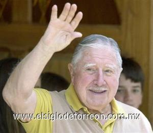 """<B>Augusto Pinochet</B><P> El general, quien gobernó Chile con mano de hierro tras asumir el poder en 1973, murió el 10 de diciembre, poniendo fin a una década de esfuerzos para llevarlo a juicio por violaciones de derechos humanos.  <p> Pinochet murió junto a su familia al experimentar una """"descompensación aguda en forma brusca e inesperada"""", señaló el vocero del Hospital Militar, doctor Juan Ignacio Vergara."""