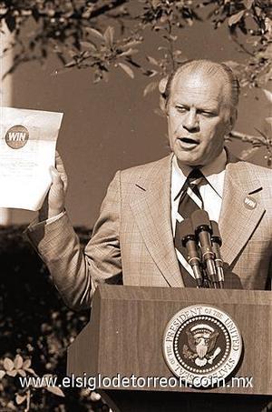 <b>Gerald Ford</b><p>  El hombre que en 1974 se convirtió en presidente de EU tras la dimisión de Richard Nixon y ayudó al país a superar el escándalo del Watergate, murió el 26 de diciembre en su casa a los 93 años, indicó su viuda, Betty. <p> Ford falleció en su Rancho Mirage (a 200 kilómetros de Los Ángeles), donde vivió desde que abandonó la Casa Blanca tras poco más de dos años de un mandato marcado por su decisión de perdonar al protagonista de uno de los más famosos casos de espionaje político de la historia.