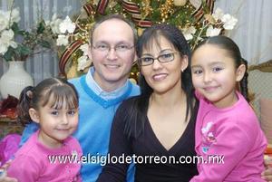 29122006  Harry y Alba de la Peña con sus hijas Verónica y Viviana de la Peña Gonzàlez.