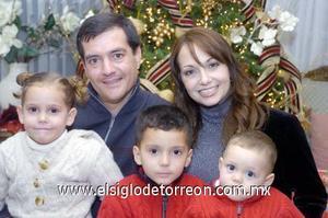 29122006  Javier y Érika Cantú con sus pequeños Javier, Rebeca y José María Cantù de la Peña.