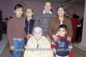 29122006  Margarita Martínez con sus hijos Rosa María, Gerardo y Silvia Beltrán Martínez, su nieta Karla Velázquez Beltrán y su bisnieto Carlos Puentes Velásquez.