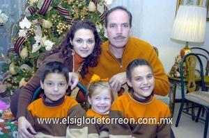 29122006  Roberto y Gretel Quezada con sus hijos Roberto, Carlos y Sofìa Quezada de la Peña.