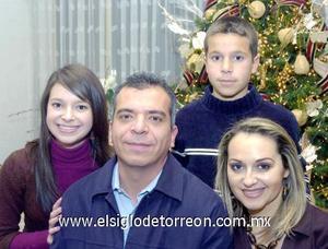 29122006  Ulises y Cristina Nahle con sus hijos Mariana y Ulises Nahle de la Peña.