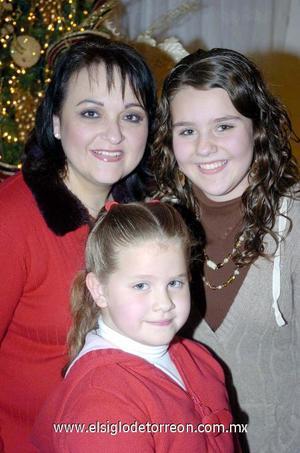 29122006  Vicky de la Peña y sus hijas Andrea y Paola Ontiveros de la Peña.