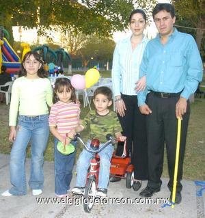 25122006 Ana Paula y Jacobo Hernández Mendoza junto a sus papás, Jacobo y Adriana Hernández y su hermanita Natalia.
