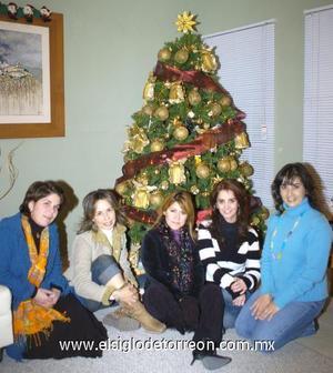 25122006 Martha Alanís, Mayra de Rodríguez, Mariana Viesca, Verónica Olague y Azalia Muñoz, grupo de amigas reunidas para celebrar la Navidad.