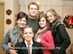 26122006 Eduardo y Tere con sus hijos Paulina, Fernanda y Pablo Teele Lechuga, en una fiesta navideña.