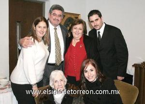 31122006 Fernando González y Patricia de González con sus hijos Patricia, Pilar y Fernando y la señora Esperanza de Arriaga.