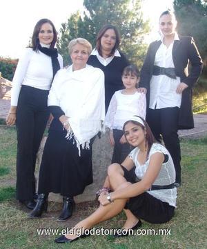 31122006 María Luisa Pacheco con sus hijas Cristina, María Luisa y Gaby y sus nietas Cristy y Luisa Fernanda.