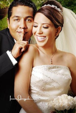 Ing. Armando Lenin Villalobos Cortez y C.P. Consuelo Jiménez Puentes contrajeron matrimonio en la parroquia Los Ángeles, el sábado 16 de septiembre de 2006. <p> <i>Estudio: Laura Grageda</i>