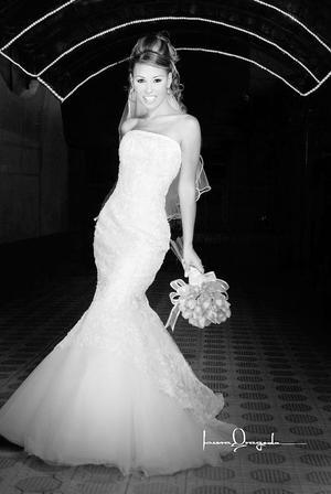 Ing. Diana Cecilia Recéndez Woo el día de su boda con el Ing. Juan Antonio Bustos.  <p> <i>Estudio: Laura Grageda</i>