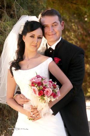 Ing. Rafael Pérez Gavilán Pérez y L.C.I. Patricia Angélica Prado Aguilera contrajeron matrimonio en la parroquia Los Ángeles, el pasado 18 de noviembre de 2006.  <p> <i>Estudio: Maqueda</i>
