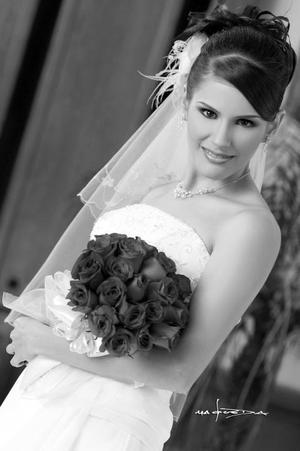 Lic. Adriana Lazarín Bravo el día de su boda con el Lic. Enrique Aurelio Padilla Zaragoza.  <p> <i>Estudio: Maqueda</i>