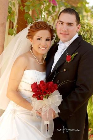 Lic. Eugenio Cota González y Lic. Brenda Patricia López López contrajeron matrimonio el pasado 17 de noviembre en la parroquia Los Ángeles.  <p> <i>Estudio: Maqueda</i>
