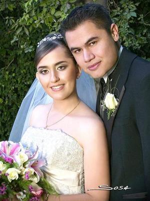 M.C. Héctor Alonso Moreno Ávalos y M.C. Isela Guadalupe Carrera Calderón recibieron la bendición nupcial en la parroquia de Nuestra Señora de la Encarnación, el tres de noviembre de 2006. <p> <i>Estudio: Sosa</i>