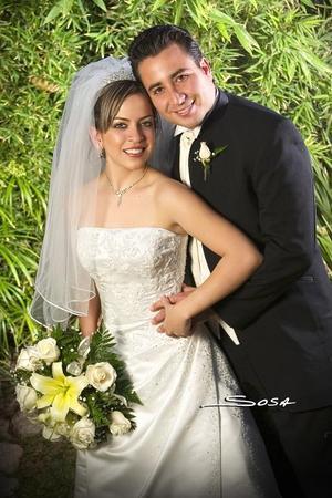 Sr. Elizandro Lara Mirazo y Srita. María Teresa de la Rosa Ceniceros contrajeron matrimonio en la parroquia de Santa María de Guadalupe, el viernes 15 de diciembre de 2006  <p> <i>Estudio: Sosa</i>