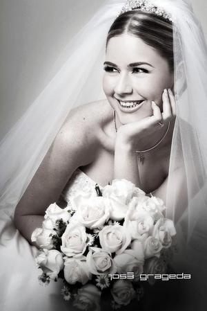Srita. Arlina Garza el día de su boda con el Sr. Hugo Luis Cornú González.  <p> <i>Estudio: José Grageda</i>