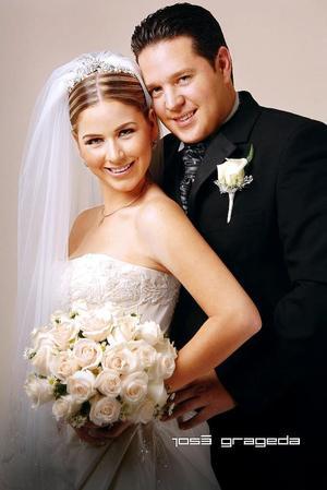 Sr. Hugo Luis Cornú González y Srita. Arlina Garza Gutiérrez contrajeron matrimonio en la parroquia de La Sagrada Familia, el tres de noviembre de 2006.   <p> <i>Estudio: José Grageda</i>