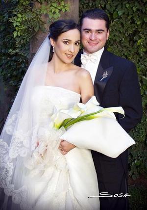 Sr. Luis Eduardo Olivares Martínez y Srita. Patricia Reyes Ramírez recibieron la bendición nupcial en la parroquia de Nuestra Señora de la Encarnación, el 18 de noviembre de 2006.  <p> <i>Estudio: Sosa</i>