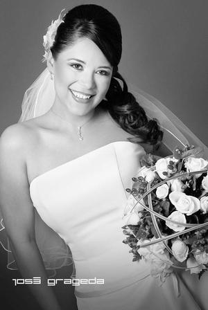 Srita. Eugenia Maricela Ramírez Ulloa el día de su boda con el Sr. Manuel Ramón Cavazos.  <p> <i>Estudio: José Grageda</i>