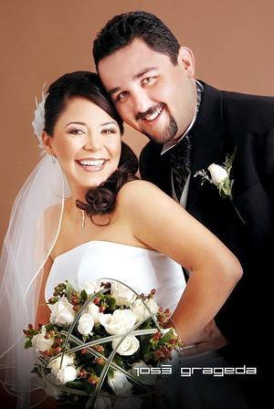 Sr. Manuel Ramón Cavazos Salazar y Srita. Eugenia Maricela Ramírez Ulloa contrajeron matrimonio el 18 de noviembrede 2006.   <p> <i>Estudio: José Grageda</i>