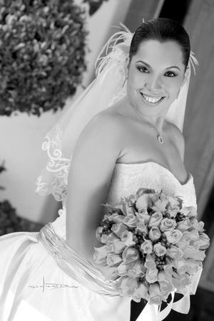 Srita. Mónica Jeanett Maqueda García, el día de su enlace nupcial con el Sr. Miguel Antonio Carricaburu Ortíz.  <p> <i>Estudio: Maqueda</i>