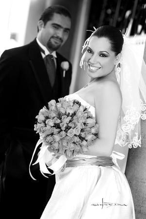 Sr. Miguel Antonio Carricaburu Ortíz y Srita. Mónica Jeanett Maqueda García, el día de su boda.  <p> <i>Estudio: Maqueda</i>