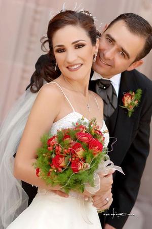 Sr. Pedro Fernández Tueme y Srita. Paola Pámanes Gordillo recibieron la bendición nupcial en la parroquia Los Ángeles, el cuatro de noviembre de 2006. <p> <i>Estudio: Maqueda</i>