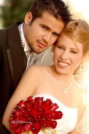 Sr. Rafael Ocaña Muñoz y Srita. Paulina Berenice Granados Ortiz recibieron la bendición nupcial en la parroquia Los Ángeles, el  11 de noviembre de 2006.   <p> <i>Estudio: Maqueda</i>