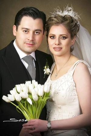 Sr. Raymundo Moreno Oropeza y Srita. Katy Bonilla Murra recibieron la bendición nupcial en la parroquia Los Ángeles, el dos de diciembre de 2006.  <p> <i>Estudio: Sosa</i>