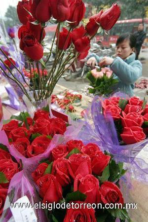 Los filipinos conmemoran la fiesta en los centros comerciales y los moteles, colapsados por miles de parejas de enamorados, mientras la Iglesia católica, religión mayoritaria en su país, lo hace con misas y novenas.