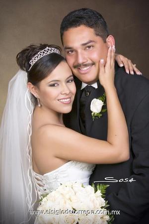 Lic. Hugo Iván Casanova Martínez y Lic. Tania Patricia Quiñones Zamora contrajeron matrimonio en la capilla del Señor de la Resurrección del Centro Saulo, el 22 de diciembre de 2006.   <p><i> Estudio: Sosa</i>