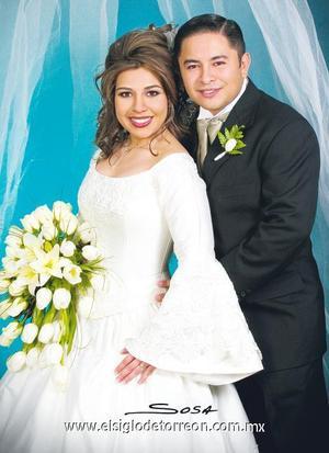 Lic. Ulises Martínez Herrera y Lic. Nadia Karina Lumbreras Machado contrajeron matrimonio en la Iglesia Bautista El Calvario, el 22 de diciembre de 2006.  <p><i> Estudio: Sosa</i>