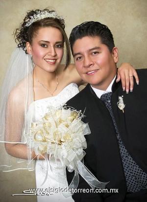 Sr. Jesús Alberto González Ávalos y Srita. Claudia Fany Córdova Magallanes recibieron la bendición nupcial en la iglesia de Nuestra Señora de San Juan de los Lagos, el 30 de diciembre de 2006.  <p><i> Estudio: Sosa</i>