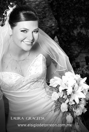 Srita. Karla Soledad Tapia Villalobos el día de su matrimonio religioso con el Sr. Miguel Ángel Moreno.  <p><i> Estudio: Laura Grageda</i>