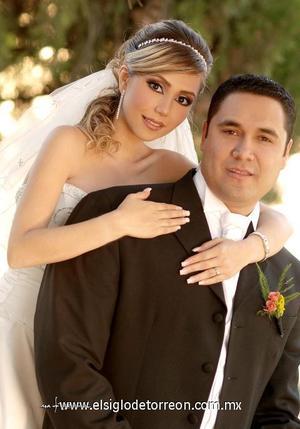 Sr. Roberto Gerardo Sánchez Chavarría y Srita. Anette Angélica Castañeda Acuña contrajeron matrimonio en la parroquia de San Pedro Apóstol, el pasado dos de diciembre de 2006.  <p><i> Estudio: Maqueda</i>