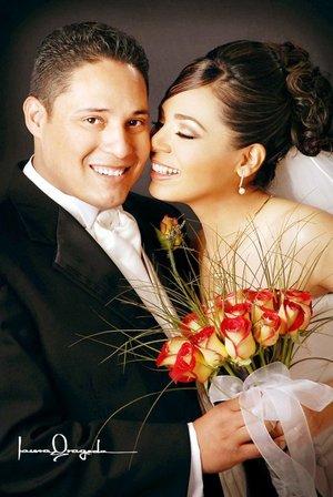 Lic. y C.P. Everardo Zúñiga Rodríguez y C.P. Griselda García Castro contrajeron matrimonio en la parroquia del Inmaculado Corazón de María, el 23 de diciembre de 2006.   <p> <i>Estudio: Laura Grageda</i>