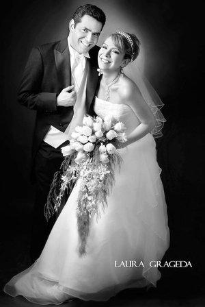 Ing. Marisol Zapata Galindo el día de su matrimonio con el Ing. Érik Machado Calzada.   <p> <i>Estudio: Laura Grageda</i>