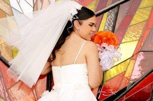 Srita. Irma Valeria Cabral Flores el día de su boda con el Sr. Aldo Iván Hermosillo.   <p> <i>Estudio: Miriam Barker</i>
