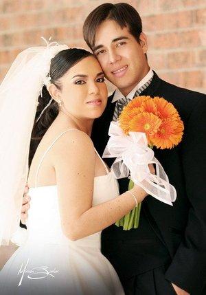 Sr. Aldo Iván Hermosillo Nájera y Srita. Irma Valeria Cabral Flores contrajeron matrimonio religioso en la capilla del Señor de la Resurrección del Centro Saulo, el 11 de noviembre de 2006.   <p> <i>Estudio: Miriam Barker</i>
