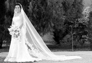 Srita. Sofía Valeria Sarmiento Rodríguez el día de su boda con el Sr, Carlos Niño de Rivera.   <p> <i>Estudio: Maqueda</i>