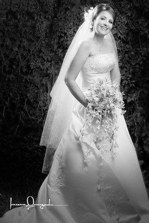 Srita. Rebeca Yacamán Handal el día de su boda con el Sr. Javier Rizzo Apodaca.   <p> <i>Estudio: Laura Grageda</i>
