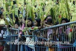 FILIPINAS: Católicos filipinos esperan a un sacerdote de la Iglesia local para la bendición de las palmas, en Manila, Filipinas. (EFE)