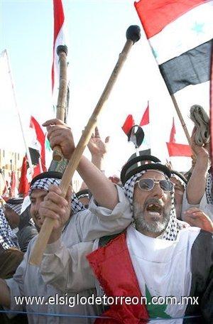Muerte a América coreaban los manifestantes reunidos en la plaza Sadr de Nayaf, situada a 170 kilómetros al sur de Bagdad.