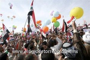 Los manifestantes, envueltos en banderas iraquíes, gritaron consignas anti estadounidenses en las que también pidieron la retirada de las fuerzas de ocupación.