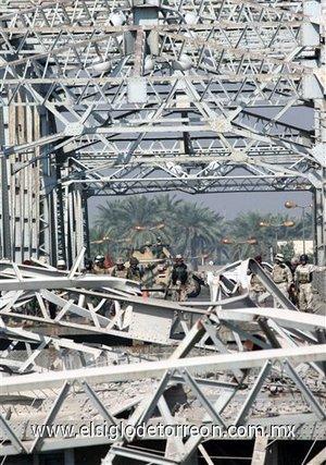 La policía trata de rescatar a más de 20 personas cuyos coches cayeron al Tigris tras desplomarse el puente, uno de los más antiguos de la ciudad. Hasta el momento ningún grupo se ha adjudicado el atentado.