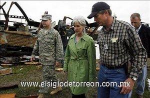 La gobernadora de Kansas, Kathleen Sebelius, recorre la población de Greensburg, Kansas, destruido en un 75 por ciento por un fuerte tornado el pasado 4 de mayo.