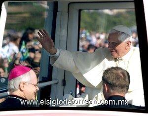Benedicto XVI, quien se desplazó en un automóvil cerrado, pero hizo su entrada en el Campo de Marte en el vehículo panorámico, fue aclamado por el público mientras recorría el lugar.